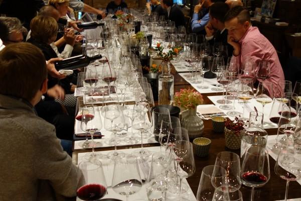 Sommeliers, Journalisten, Gastronomen – Weinliebhaber an einem Tisch