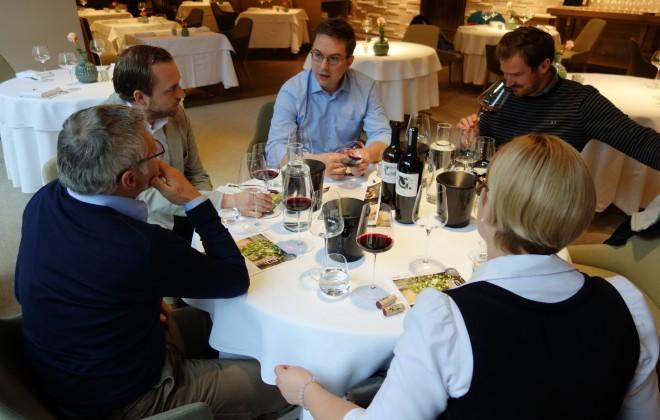 Döllerers Weinexperten beim Verkosten