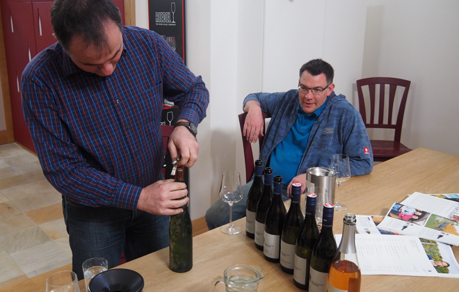 Die Brüder Hannes und Christian werden des Weines wohl nie müde!