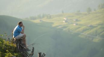 Andreas Döllerer blickt in die grünen Hügeln seiner Heimat