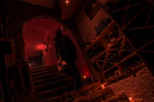 Dunkle Gestalt im Weinkeller